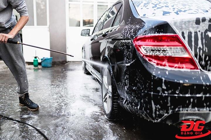Dùng máy rửa xe xịt rửa bọt rửa xe Super Fast