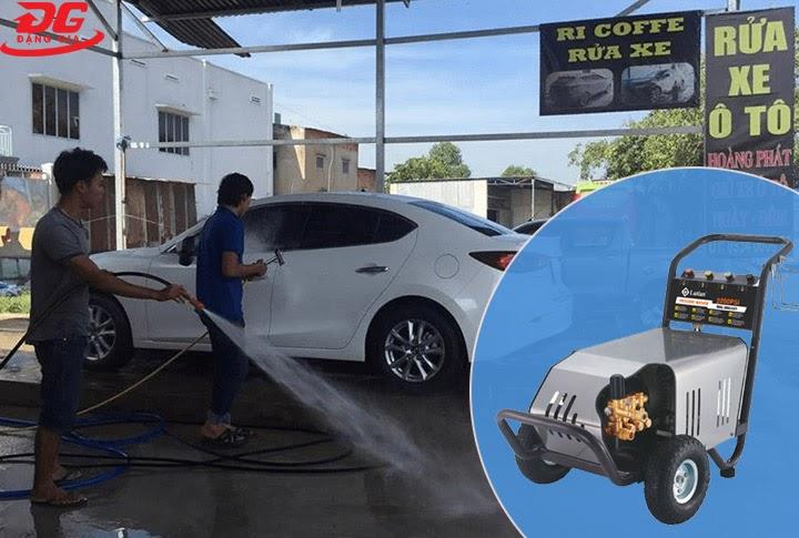 Máy rửa xe cao áp trong tiệm rửa xe oto