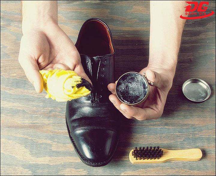 sử dụng xi kiwi tăng độ bóng cho giày
