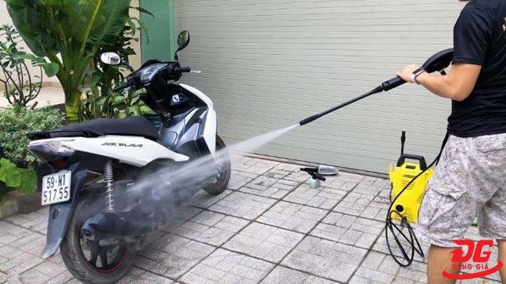 Rửa xe máy bằng xà bông gì