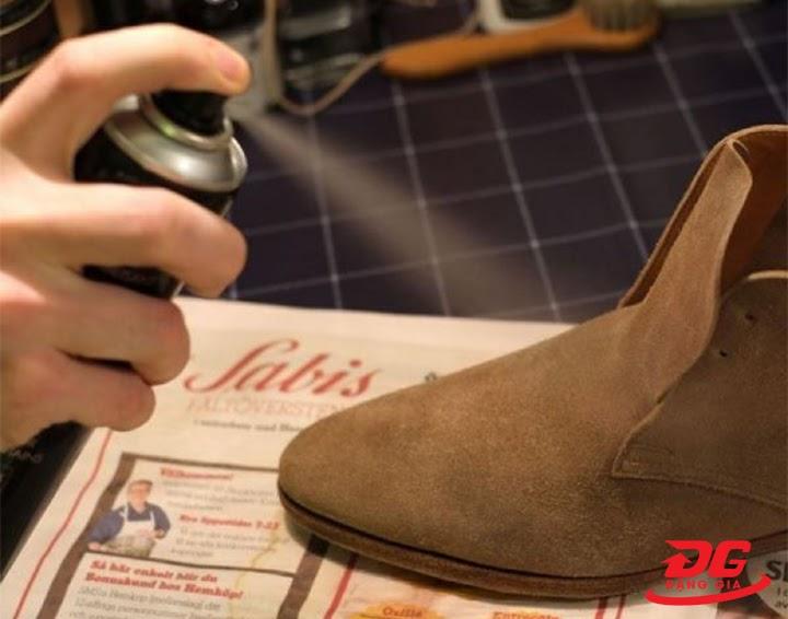 sử dụng dung dịch vệ sinh giày da lộn chuyên dụng