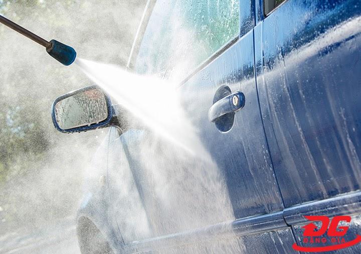 Rửa trôi nước rửa xe Anaquat bằng máy phun xịt rửa xe