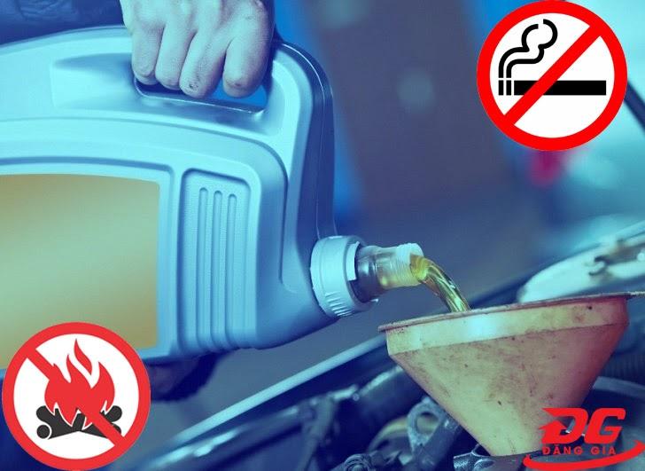 Không hút thuốc và đứng gần lửa khi thay dầu